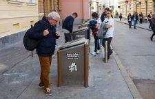 Pe Gosposka Ulica din centrul Ljubljanei, o insulă ecologică de colectare a deșeurilor stârnește interesul unui grup de turiști italieni. Capitala Sloveniei este considerată a fi un exemplu de bune practici, la nivel european, în ceea ce privește colectarea selectivă a deșeurilor și eficiența SMID-ului local. | Foto: Vakarcs Loránd