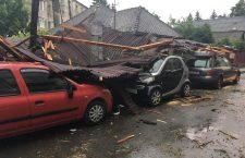 Foto-Video | Arbori scoși din rădăcini și acoperișuri smulse în mai multe localități din județul Cluj. Probleme și la aeroport