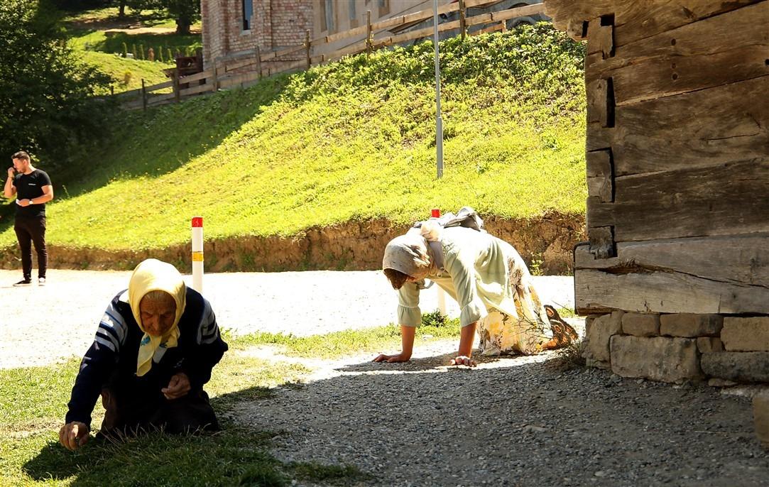 Credincioșii veniți la mănăstirea Nicula înconjoară în coate și în genunchi biserica de lemn biserică de lemn, datând din secolul al XVII-lea/Dan Bodea