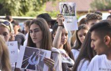 Colegii de liceu ai Alexandrei protestând în fața autorităților publice din Caracal.