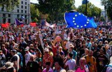 """Proteste la Londra împotriva premierului Boris Johnson. Mii de oameni scandează: """"Opriţi lovitura de stat! Apăraţi democraţia! Salvaţi-ne viitorul!"""""""