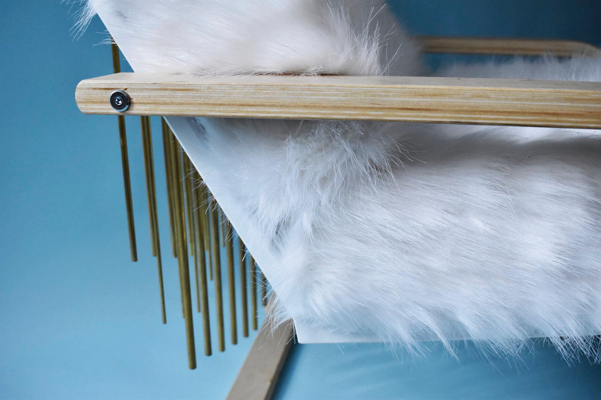 Fotoliul Sunday este construit pe o structură care balansează în momentul așezării, balansare care pune în mișcare detalii de alamă de pe spătarul acestuia.