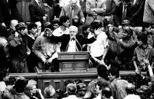 Ion Rațiu, la tribuna parlamentului, înconjurat de mineri, în timpul mineriadei din 1991