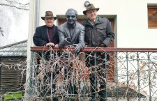 Indrei (stânga imaginii) și Nicoale (dreapta), flancând statuia tatălui lor, în curtea Centrului Rațiu pentru Democrație din Turda | Foto: Bogdan Stanciu