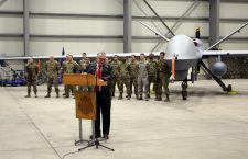 Ambasadorul Adrian Zuckerman, cu drona MQ-9 Reaper și soldații care o deservesc, în fundal | Foto: Dan Bodea