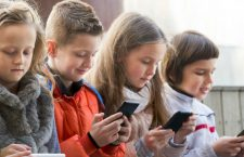 Cât de sigur este internetul pentru copiii români? O treime dintre copii raportează experiențe negative în online
