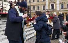 Împărtășania din fața catedralei | Foto: Captură video cluj24.ro