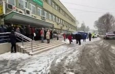 Pacienții de la Oncologie, nevoiți să stea în frig și ninsoare ca urmare a măsurilor de prevenție împotriva infecției cu noul coronavirus