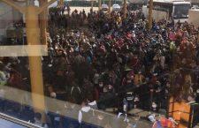 Aglomerare la plecări în aeroportul din Cluj: Sute de oamenii se înghesuie la intrare fără a păstra distanța recomandată
