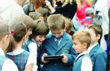 Guvernul alocă bani pentru dotarea elevilor defavorizați cu tablete sau laptopuri