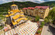 FOTO Curtea unei biserici din județul Cluj, marcată pentru distanțare socială
