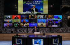 Așa arată un summit european virtual. În prim plan, la masă, premierul croat Andrej Plenković, în prim plan, pe ecranul din fundal, președintele Consiliului European, Charles Michel | Foto: Jurica Galoic/PIXSELL/EU2020HR