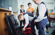 """""""Școala din valiză"""", o șansă la educația digitalizată pentru școlile din mediul rural"""