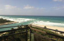 Imaginea plajei din balconul camerei de hotel