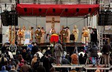 FOTO | PS Florentin, Episcopul greco-catolic de Cluj-Gherla, a fost înmormântat astăzi la Cluj. Aproape o mie de persoane au asistat la funeralii