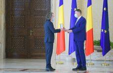 Ștefan Teișanu, co-fondator al Centrului Cultural Clujean primind distincția din partea președintelui Iohannis/Foto: Administrația Prezidențială