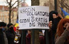 """Câteva zeci de simpatizanți ai AUR au scandat la Cluj împotriva """"vaccinării obligatorii"""" — FOTOREPORTAJ"""