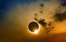 Eclipsa de astăzi, frumoasă dar periculoasă! Privitul ei fără protecție vă poate afecta grav vederea!