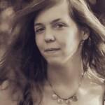 Tinerii Clujului. Clujeanca Szőcs Izabella luptă în instanță pentru expunerea plăcuțelor bilingve