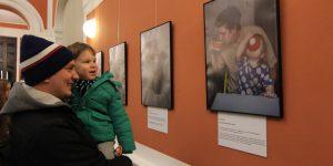 Din Vietnam și China, expoziția Swedish Dads a ajuns la Cluj: Tați conștienți de egalitatea de gen, în 25 de fotografii