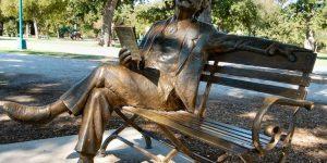 """Uniunea Scriitorilor din Cluj îl """"dă jos"""" pe Blaga de pe soclu și propune o statuie """"umanizată"""" a poetului"""
