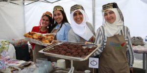 FOTO/ Distracție cu shish kebab, baclava și cafea la nisip