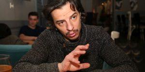 """Actorul Cristian Grosu, în ipostaza de regizor: Despre """"4:48 A.M."""", despărțirea de viață și stigmatizarea celor vulnerabili"""