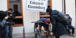 """Update. Membrii Musai-Muszáj, o nouă acţiune de protest: au instalat o bicicletă """"echipată"""" cu o plăcuţă multilingvă în curtea Primăriei Cluj-Napoca"""