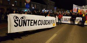 """Clujenii au protestat din nou faţă de decizia ministrului Justiţiei de revocare a Laurei Codruţa Kovesi. Vocea străzii: """"PSD, noul PCR?"""""""