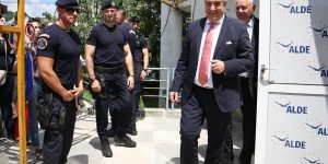 """Călin Popescu Tăriceanu, întâmpinat cu huiduieli la Cluj: """"Nu vrem să fim conduși de hoți"""""""