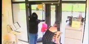 Tentativă de jaf la o bancă. Video din timpul atacului