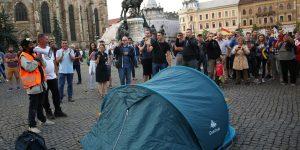 FOTO A treia zi de protest la Cluj: Corturi instalate în Piața Unirii pentru un miting non-stop