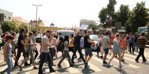 Protest antiguvernamental pe trecerile de pietoni din Cluj-Napoca