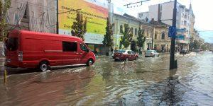FOTO&VIDEO: Ploaia torențială a acoperit străzile din centru cu apă