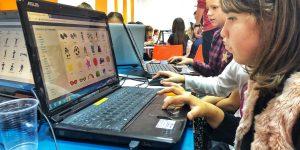 """Programare """"pe înțelesul"""" fetelor: Atelier pentru reducerea decalajului de gen în domeniul IT"""