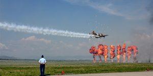 """FOTO Show aviatic româno-american și """"întrecere"""" între un BMW și un MIG 21 LancerR, la Baza 71 Aeriană din Câmpia Turzii"""